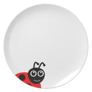 Dibujo animado sonriente lindo de la mariquita platos
