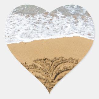 Dibujo de la palmera en la playa arenosa pegatina en forma de corazón