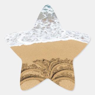 Dibujo de la palmera en la playa arenosa pegatina en forma de estrella