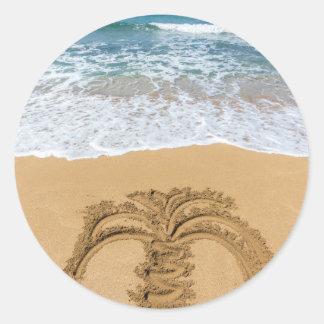 Dibujo de la palmera en la playa arenosa pegatina redonda
