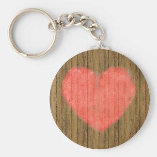 Dibujo del corazón en la pared de madera llavero redondo tipo chapa