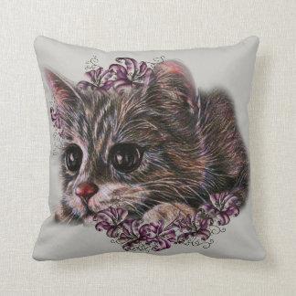 Dibujo del gatito como gato con los lirios en la cojín decorativo