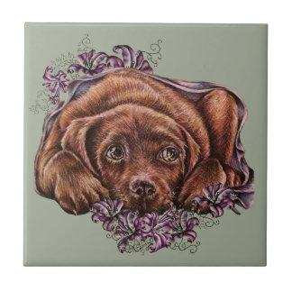 Dibujo del perro y de los lirios de Brown Labrador Azulejo Cuadrado Pequeño