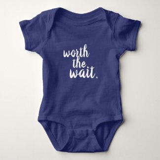 Digno de la camisa del bebé de la espera