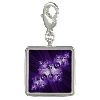 Dije Fractal blanco en fondo púrpura