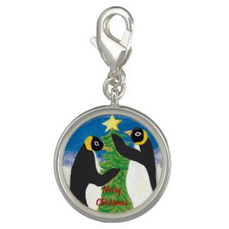 Dijes El encanto redondo del navidad del pingüino, se
