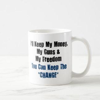 Dinero, armas y libertad taza de café