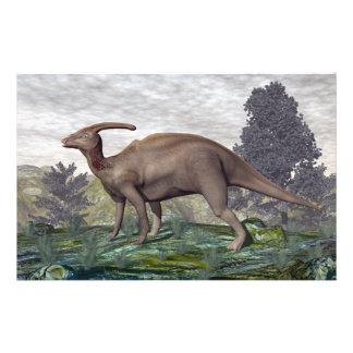 Dinosaurio de Parasaurolophus entre árboles del Papelería