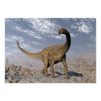 Dinosaurio de Spinophorosaurus que camina en el Invitación 12,7 X 17,8 Cm