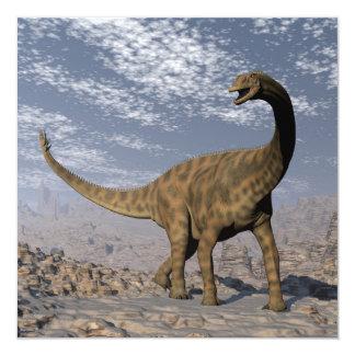 Dinosaurio de Spinophorosaurus que camina en el Invitación 13,3 Cm X 13,3cm