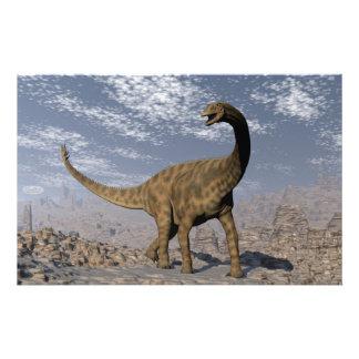 Dinosaurio de Spinophorosaurus que camina en el Papelería