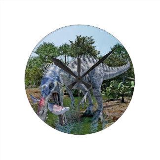 Dinosaurio de Suchomimus que come un tiburón en un Reloj Redondo Mediano