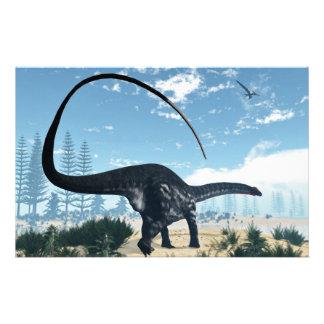 Dinosaurio del Apatosaurus en el desierto - 3D Papelería