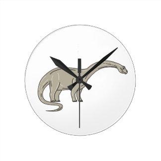 Dinosaurio del Brontosaurus que mira abajo de mono Reloj Redondo Mediano