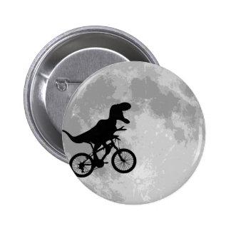 Dinosaurio en una bici en cielo con la diversión d chapa redonda de 5 cm