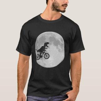 Dinosaurio en una bici en cielo con la luna camiseta