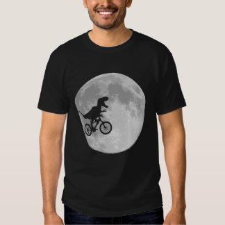Dinosaurio en una bici en cielo con la luna camisetas