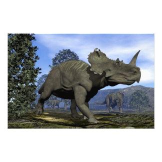 Dinosaurios del Centrosaurus que caminan entre Papelería