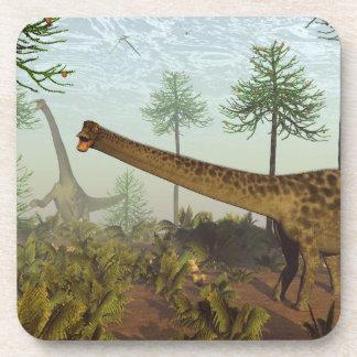 Dinosaurios del Diplodocus entre los árboles de la Posavasos