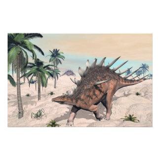 Dinosaurios del Kentrosaurus en el desierto - 3D Papelería