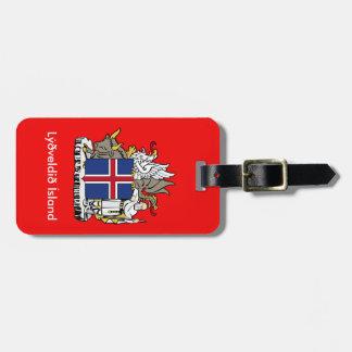 Diplomático de Islandia que mira la etiqueta del