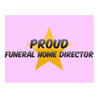 Director orgulloso de la funeraria postal