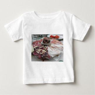 Disco de cortes fríos con el prosciutto rústico camiseta de bebé