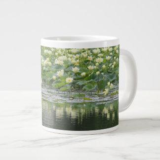 Diseño 10 del lirio de agua taza de café grande