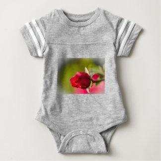 Diseño ascendente del cierre del rosa rojo body para bebé