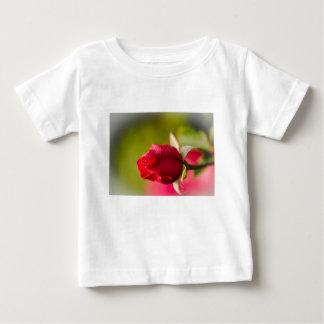 Diseño ascendente del cierre del rosa rojo camiseta de bebé