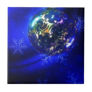 Diseño azul eléctrico de la chuchería del navidad, azulejo cuadrado pequeño