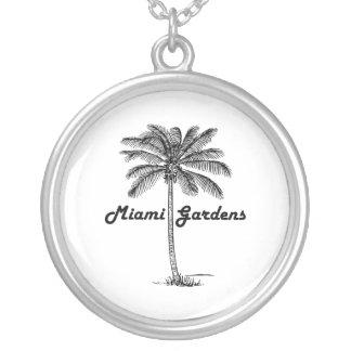 Diseño blanco y negro de los jardines y de la collar plateado