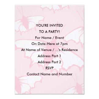 Diseño bonito de la mariposa en rosa en colores invitación 10,8 x 13,9 cm