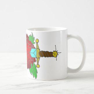 Diseño color de rosa y de la daga del tatuaje taza de café