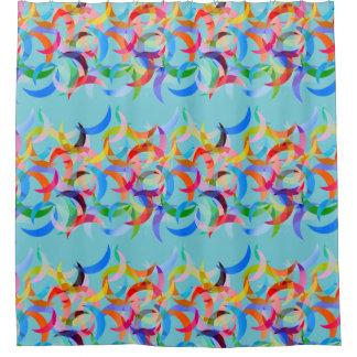 Diseño creciente colorido en la cortina de ducha