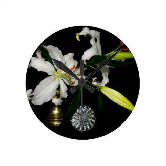 Diseño de Iirsh - colección del latón y de la flor Reloj Redondo Mediano