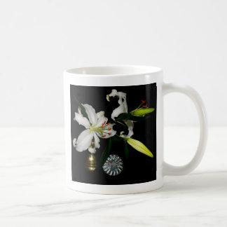 Diseño de Iirsh - colección del latón y de la flor Taza