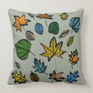 Diseño de las hojas de otoño en la almohada de