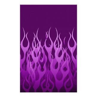 Diseño de las llamas de la púrpura que compite con folleto 14 x 21,6 cm