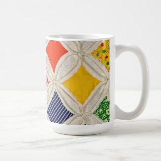 Diseño del edredón de la ventana de la catedral taza de café
