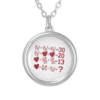 diseño del el día de San Valentín de la ecuación Collar Plateado