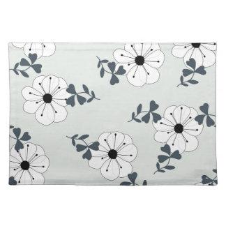 Diseño delicado de las flores salvamanteles
