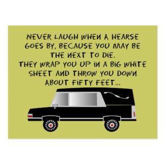 Diseño divertido del coche fúnebre del director de postal
