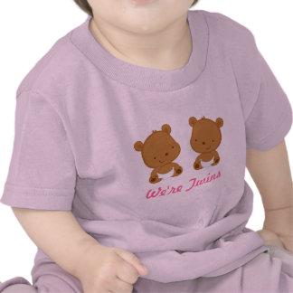 Diseño gemelo del oso del bebé en rosa en camiseta