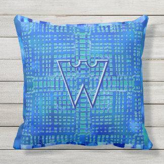 Diseño geométrico moderno en azules y monograma cojín de exterior