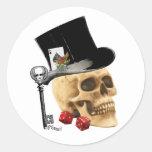 Diseño gótico del tatuaje del cráneo del jugador etiqueta redonda