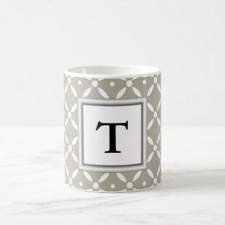diseño gris del quatrefoil con inicial del taza de café