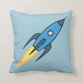 Diseño retro azul del dibujo animado de Rocketship Cojín Decorativo