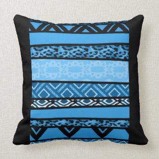 Diseño tribal azul de Shango Cojín Decorativo