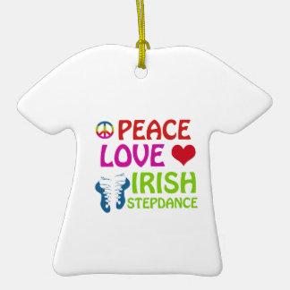 diseños irlandeses de la danza del paso adorno de cerámica en forma de camiseta